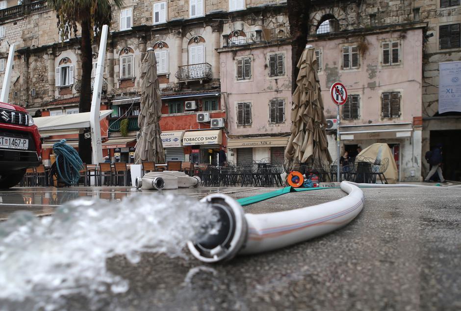 Split: Poplavili Podrumi Dioklecijanove palače, vatrogasi na intervenciji | Autor: Ivo Cagalj/PIXSELL