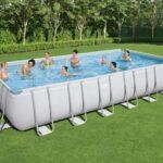 Uživanje u bazenu s metalnom konstrukcijom
