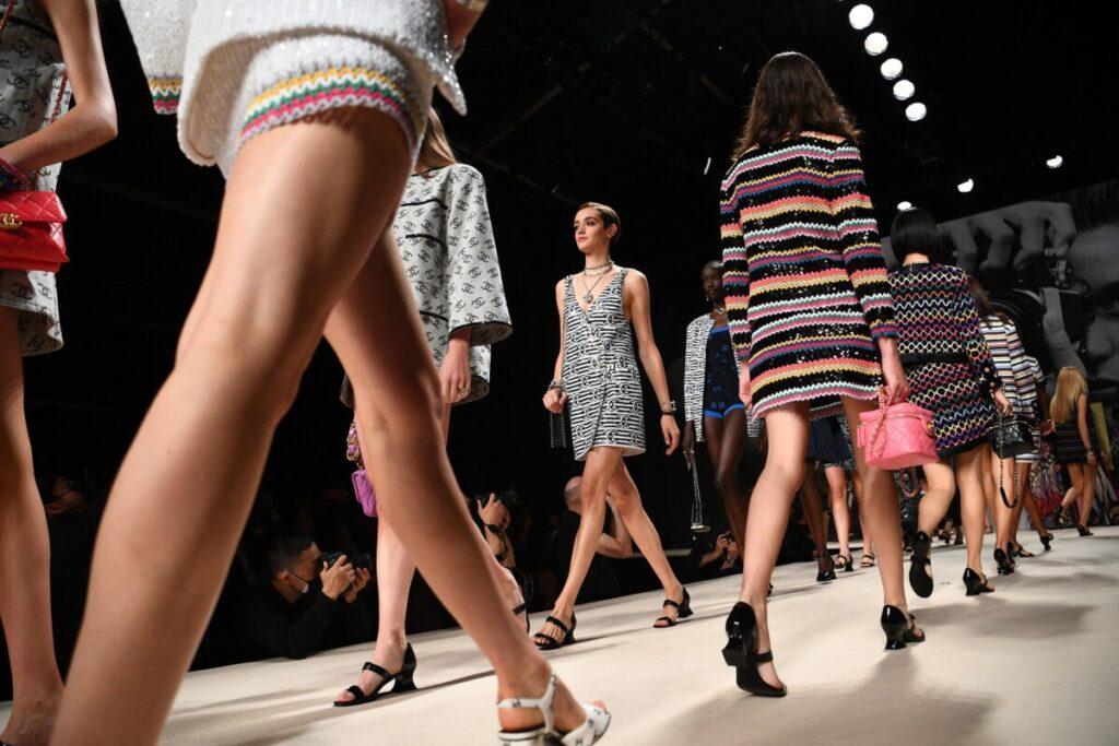 Nasmiješeni modeli i blicevi fotoaparata: Chanelova pista izražava nostalgiju za glamurom 80-ih i 90-ih